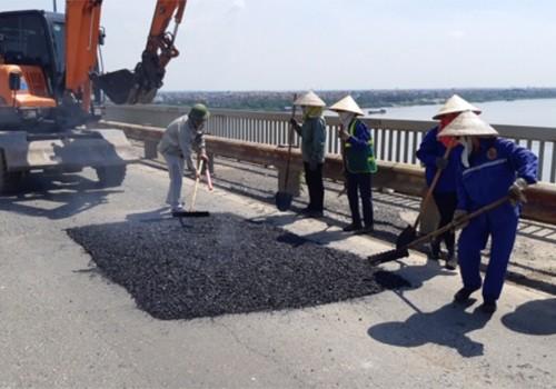 Công nhân sửa chữa mặt cầu Thăng Long.