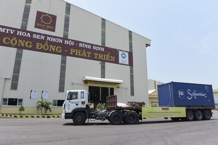 Lô hàng 5.000 tấn tôn trị giá hơn 4 triệu USD của Hoa Sen được xuất sang Malaysia trong tháng 4 năm nay. Ảnh: Hoa Sen.