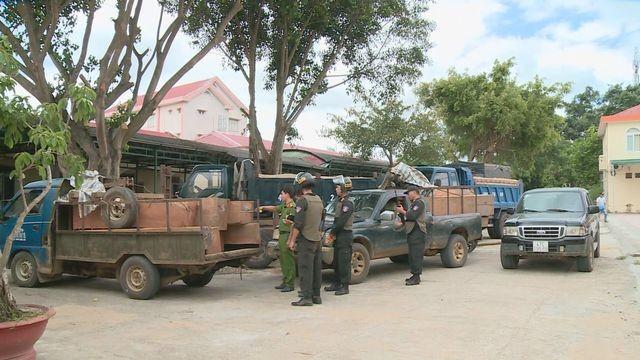 Xe tải vận chuyển gỗ lậu được đưa về trụ sở công an