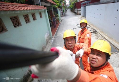 Công nhân Điện lực Hà Nội sửa chữa đường dây tại quận Long Biên.
