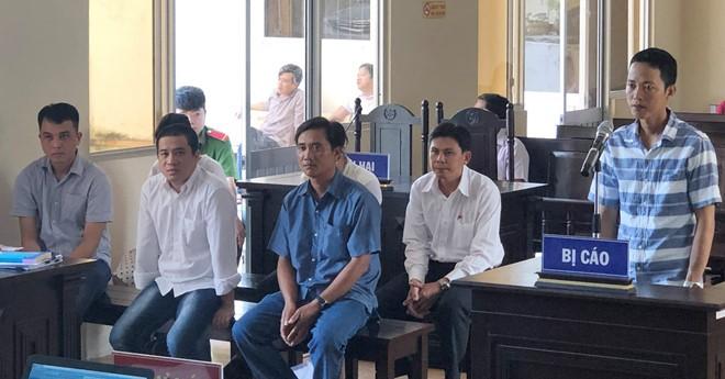 Các bị cáo tại phiên toàn xét xử sơ thẩm sáng 25.6