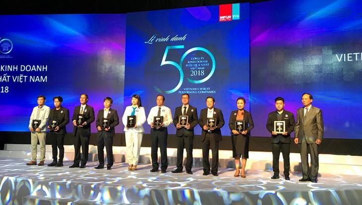 Ông Phạm Quốc Thanh - Phó Tổng giám đốc HDBank nhận giải Top các doanh nghiệp kinh doanh hiệu quả nhất Việt Nam