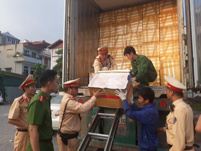 Lực lượng cảnh sát đang kiểm đếm lượng nội tạng trên container