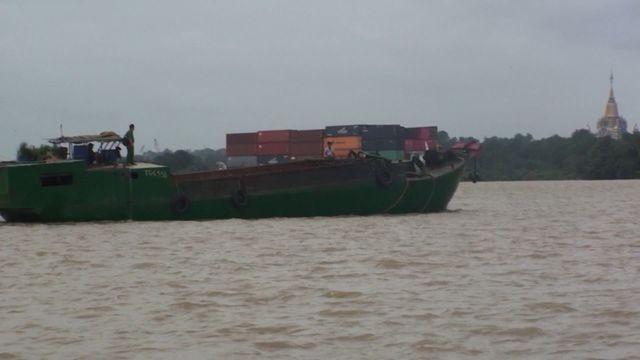 Lực lượng công an vây bắt một thuyền vận chuyển cát trái phép