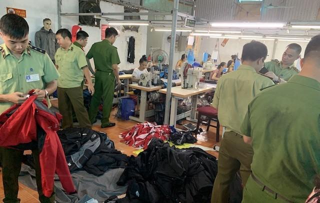 Cơ quan chức năng kiểm tra hàng nghìn sản phẩm thời trang sản xuất giả nhãn hiệu The North Face.