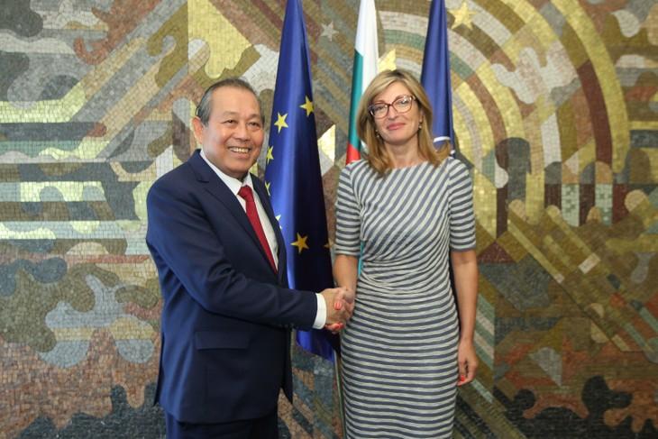 Phó Thủ tướng Thường trực Chính phủ Trương Hòa Bình và Phó Thủ tướng, Bộ trưởng Ngoại giao Bulgaria Ekaterina Zaharieva. Ảnh: VGP