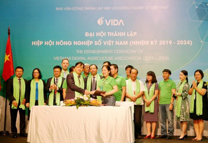 Ông Phan Thanh Hải - Trưởng khối Ngân hàng Bán buôn BIDV (bên trái) và bà Ninh Thị Ty - Phó Chủ tịch VIDA - ký kết Biên bản ghi nhớ