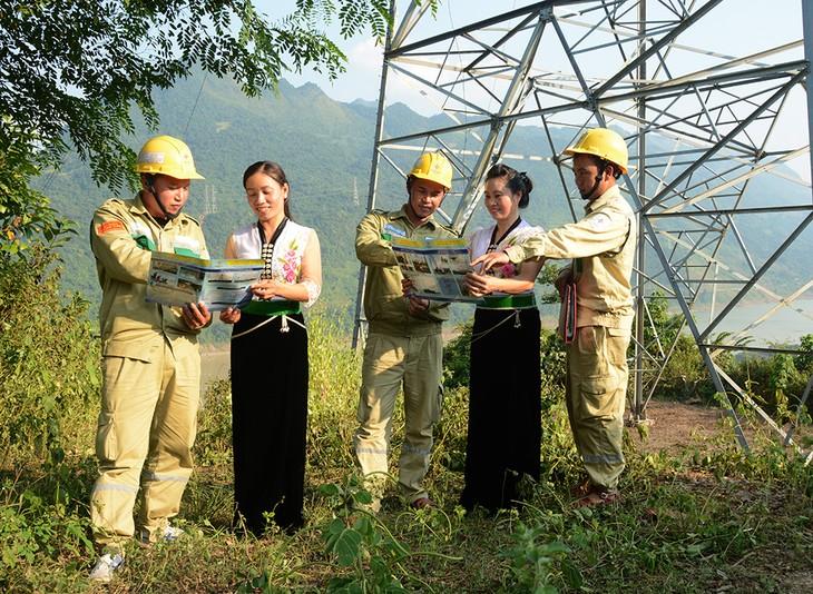 Công nhân Truyền tải điện Tây Bắc 2 tuyên truyền bảo vệ hành lang an toàn lưới điện cao áp tại thị xã Mường Lay (Điện Biên)