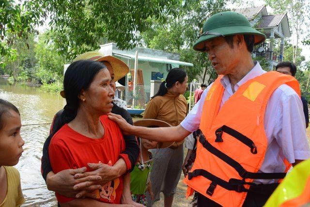 Ông Nguyễn Văn Lúa trong một lần đi thăm người dân vùng lũ