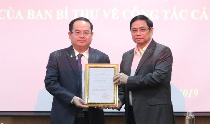 Ông Quản Minh Cường (trái) nhận quyết định làm Phó ban Tổ chức Trung ương từ ông Phạm Minh Chính.