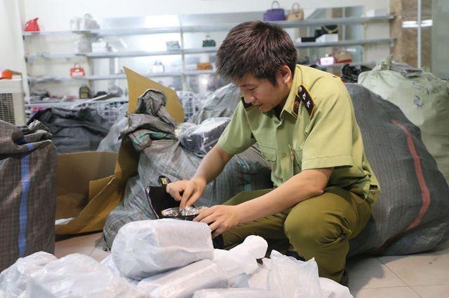 Lực lượng chức năng kiểm tra, thu giữ hơn 1000 sản phẩm gắn nhãn hiệu nổi tiếng.