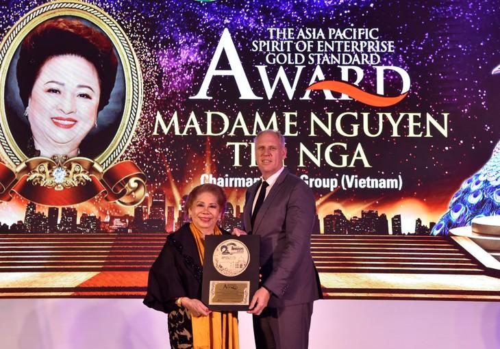 Ông Mark Reeves, Giám đốc Khối Gôn Tập đoàn BRG, thay mặt Madame Nguyễn Thị Nga nhận giải thưởng tại Hội nghị thường niên trong lĩnh vực gôn khu vực Châu Á - Thái Bình Dương 2019