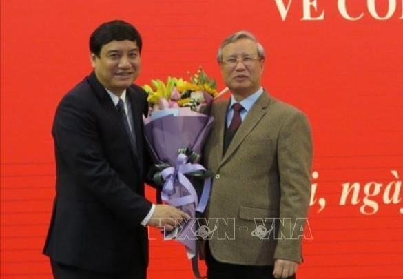 Đồng chí Trần Quốc Vượng chúc mừng đồng chí Nguyễn Đắc Vinh. Ảnh TTXVN