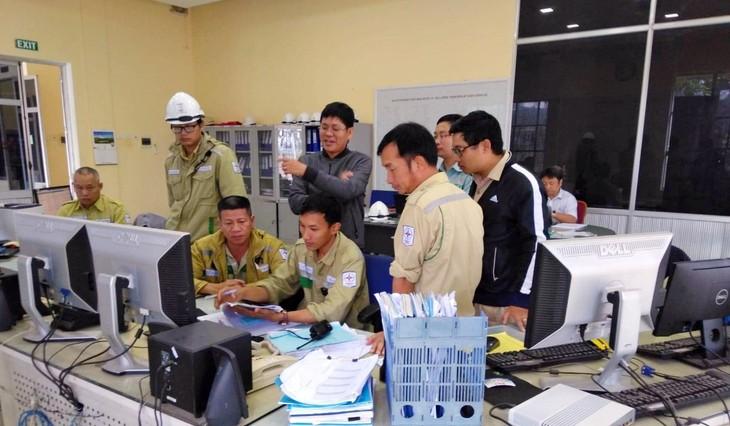 Công nhân vân hành TBA 220kV Đông Hà thao tác đóng điện ĐZ 220kV Đông Hà - Huế