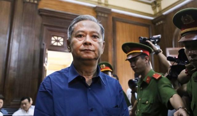 Gia đình bị cáo Nguyễn Hữu Tín nộp lại tiền khắc phục hậu quả.