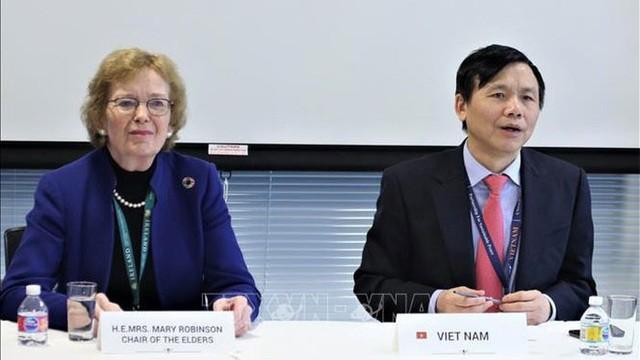 Đại sứ Đặng Đình Quý chủ trì phiên họp. Ảnh: TTXVN