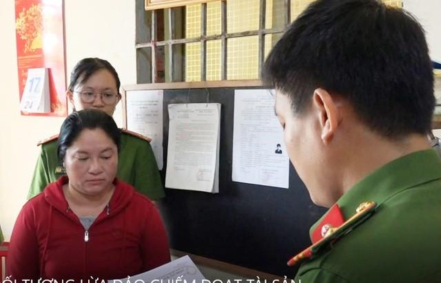 Đối tượng Trần Thị Thúy Oanh nghe lệnh khởi tố bị can và lệnh bắt tạm giam của cơ quan CSĐT công an tỉnh Bến Tre
