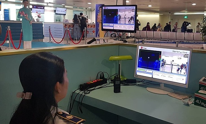 Đo thân nhiệt từ xa hành khách nhập cảnh tại sân bay Tân Sơn Nhất.