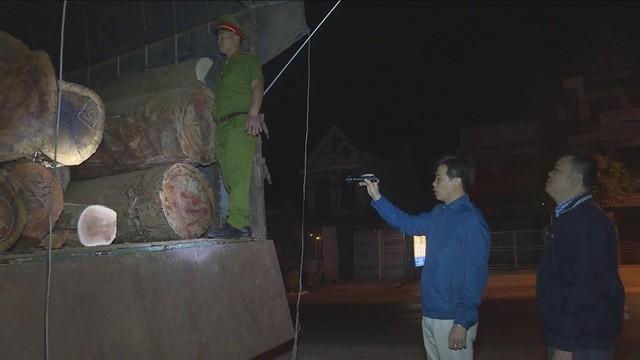 Chiếc xe tải chở gỗ trong đêm bị phát hiện sử dụng giấy tờ giả để lưu thông