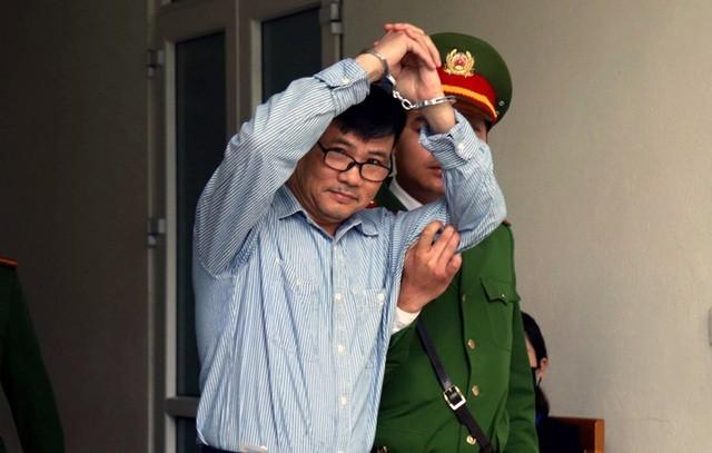 Cựu nhà báo Trương Duy Nhất được dẫn giải đến phiên xử sáng 28/2.