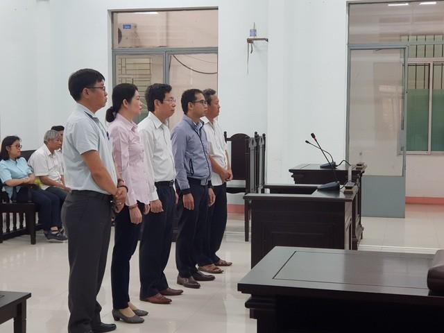 Phó Chủ tịch UBND TP Nha Trang Lê Huy Toàn (áo trắng, đứng giữa) tại phiên tòa
