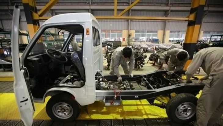 Công nhân lắp đặt xe tải tại một nhà máy ở Hưng Yên. Ảnh: TM.