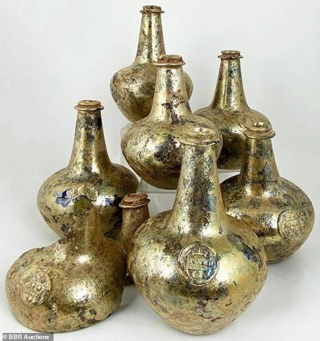 Một số chai rượu vang từ thế kỷ 17 được nạm vàng sẽ được bán đấu giá với giá khởi điểm 20.000 bảng (600 triệu đồng) sau khi được đào lên một cách tình cờ tại một tòa nhà tại Anh.