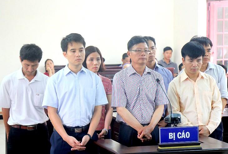 Bị cáo Minh (đeo kính) cùng đồng phạm trong phiên tòa sơ thẩm.
