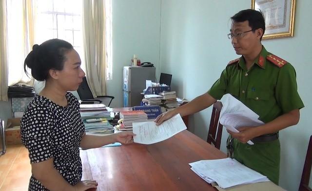 Đối tượng Trần Thị Oanh nhận quyết định khởi tố bị can của cơ quan cảnh sát điều tra