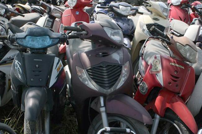 Hàng nghìn xe máy nằm phơi mưa nắng ở các bãi trông giữ xe vi phạm ở Hà Nội, chưa có người đến nhận.