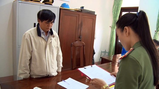 Cơ quan ANĐT đọc quyết định khởi tố bị can đối với ông Phạm Văn Dũng