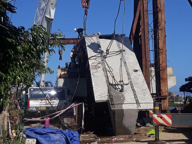 Sự cố ở hệ thống lao dầm khiến dầm cầu nặng 76 tấn trượt xuống đất và gãy. Ảnh: Dân trí