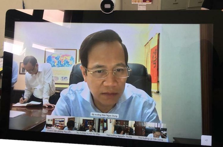 Bộ trưởng Đào Ngọc Dung họp trực tuyến cùng các Thứ trưởng và lãnh đạo đơn vị.
