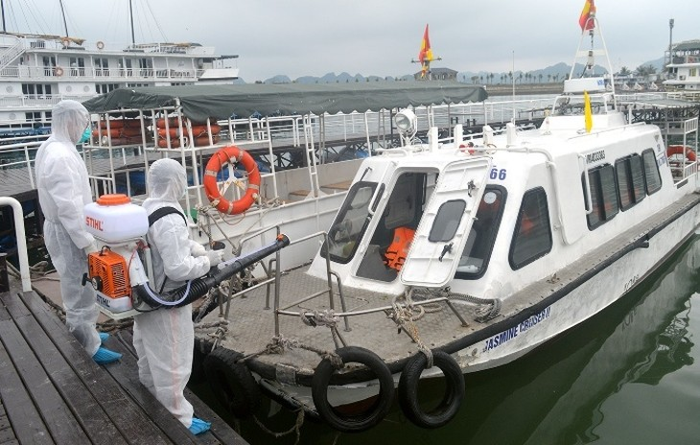 Cảng tàu khách quốc tế Tuần Châu được tiêu độc khử trùng. Ảnh: BQN