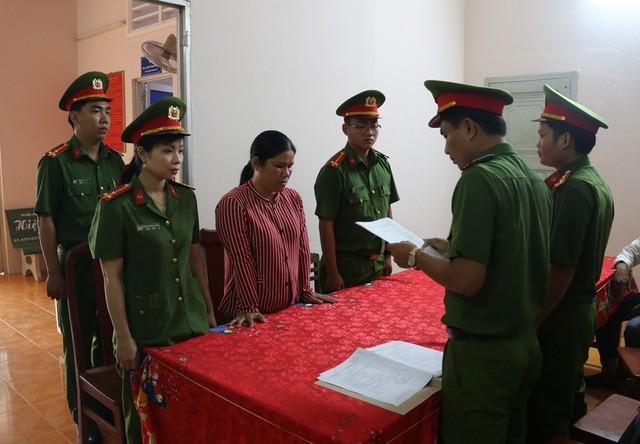 Cơ quan công an đọc lệnh bắt đối với Bùi Thị Kim Dung