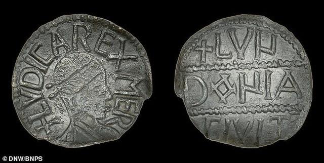 Đồng xu được Andy Hall phát hiện khi đang dò kim loại tại một cánh đồng bùn ở Wiltshire, Anh để tìm những kho báu bị chôn vùi.