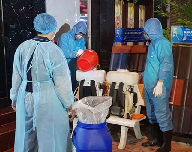 Trung tâm kiểm soát bệnh tật tỉnh tiến hành phun thuốc sát khuẩn tại nhà bệnh nhân 34
