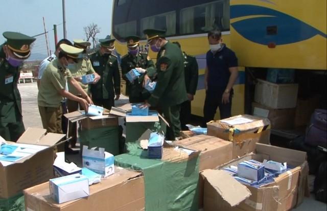Lực lượng chức năng tiến hành kiểm đếm số lượng hàng hóa vận chuyển trái phép trên xe khách.