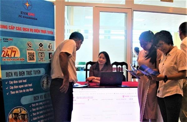 Quầy giới thiệu cung cấp dịch vụ điện trực tuyến của PC Khánh Hòa