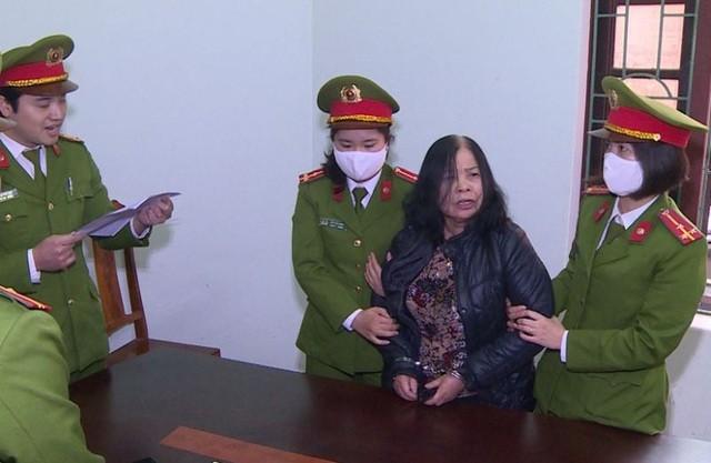 Cơ quan CSĐT Công an Thanh Hóa thi hành lệnh bắt tạm giam Lê Thị Ngọc.
