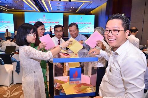 Cổ đông bỏ phiếu tại một phiên họp thường niên năm 2018. Ảnh: PVOIL.