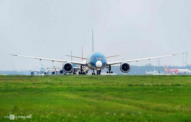 Máy bay của các hãng xếp hàng chờ cất cánh tại sân bay Nội Bài.