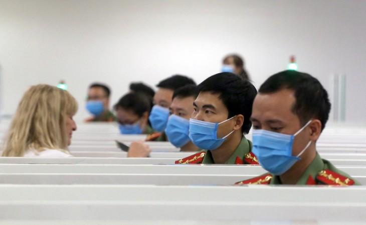 Công an cửa khẩu Nội Bài đang làm nhiệm vụ ngày 13/3. Ảnh: Bá Đô