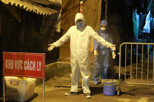 Khu phố có người dương tính với Covid-19 được phun thuốc khử trùng