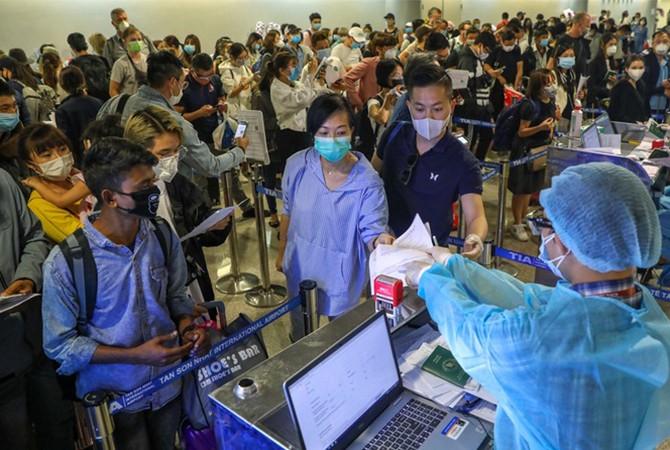 Nhiều hành khách đến sân bay Tân Sơn Nhất đã đeo khẩu trang.