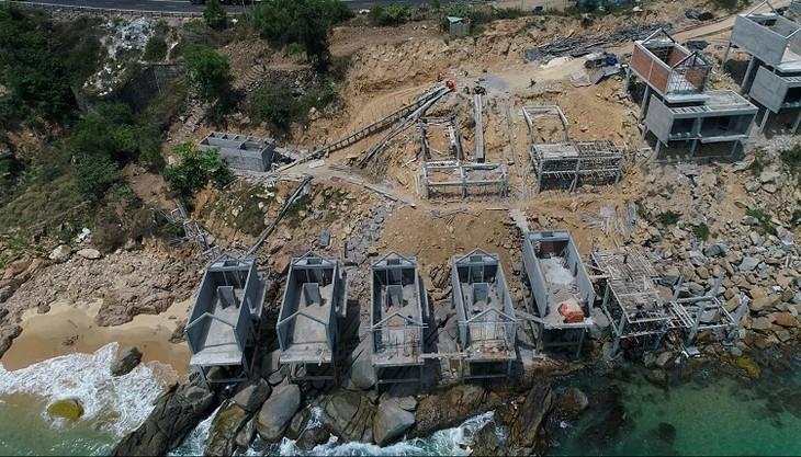 Khu nghỉ dưỡng Ami resort & Spa xây các công trình trên đá nhoài ra biển.
