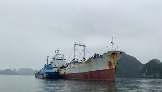 Tàu của Hải đội 1 (màu xanh) đang dẫn tàu vi phạm về khu neo đậu. Ảnh: Hải quan