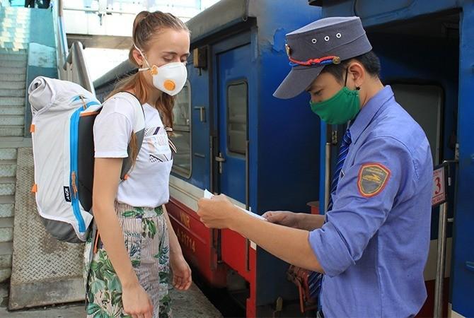 Từ tháng 2, hành khách lên tàu được khuyến cáo đeo khẩu trang để phòng Covid-19.