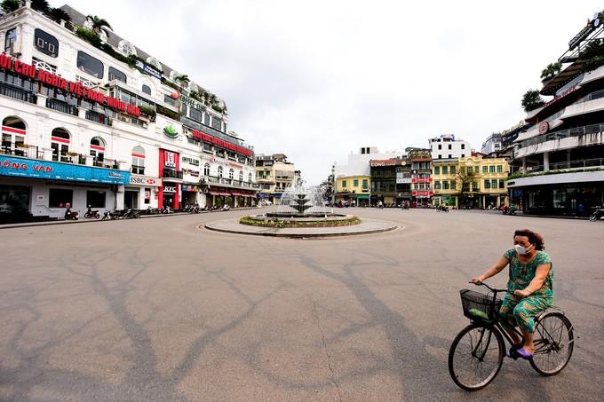 Ngày 26/3, quảng trường Đông Kinh Nghĩa Thục vắng lặng, các bar, karaoke, cafe, trung tâm thể thao... dừng hoạt động đến hết ngày 5/4.