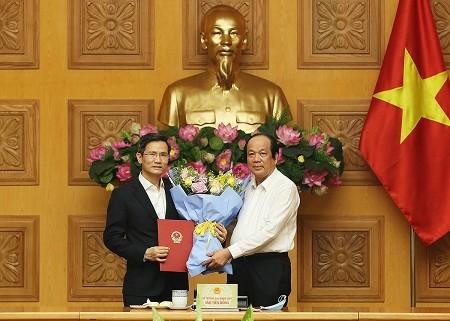 Bộ trưởng, Chủ nhiệm Văn phòng Chính phủ Mai Tiến Dũng trao quyết định của Thủ tướng Chính phủ và chúc mừng tân Phó Chủ nhiệm Văn phòng Chính phủ Cao Huy.